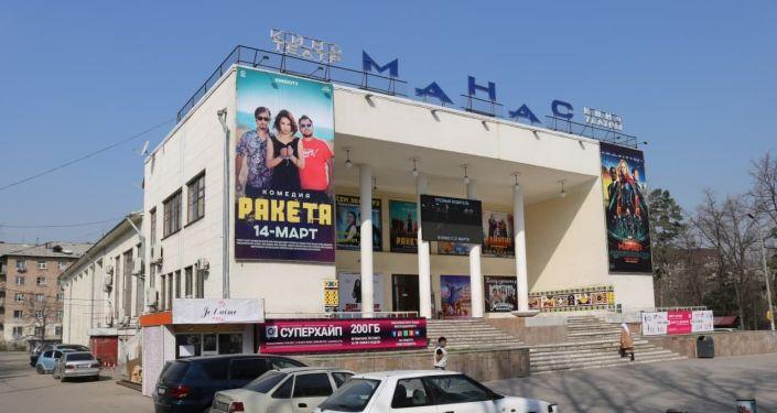 Муниципальное предприятие Бишкекглавархитектура требует от владельцев кинотеатров убрать с фасада зданий и территории всевозможную рекламу — афишные баннеры и LED-мониторы