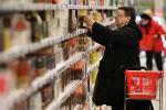 Покупатель в гипермаркете. Архивное фото