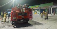 Сотрудники МЧС рядом с АЗС близ города Токмок, где был пожар