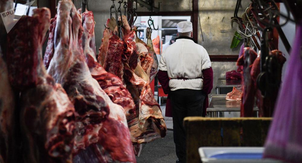 Продажа мяса на рынке. Архивное фото