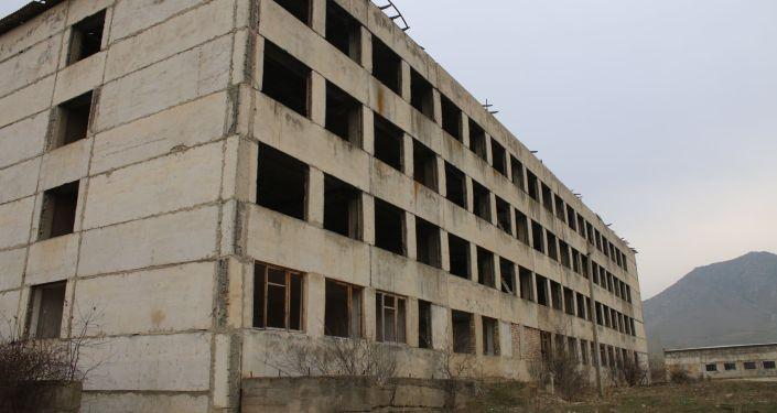 Здание в городе Ош, где планируется открыть мясной завод