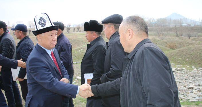 Полномочный представитель Правительства КР в Ошской области Жарасул Абдураимов на месте, где планируется открыть мясной завод