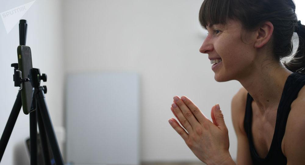 Блогер во время записи онлайн-тренировки у себя дома. Архивное фото