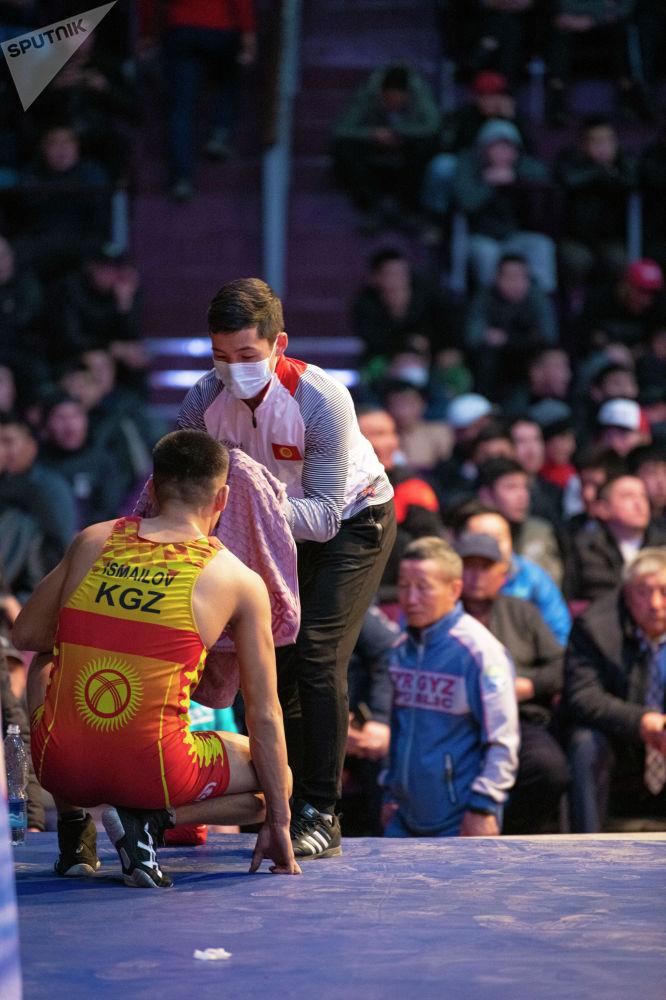 Амантур Исмаилов во время перерыва схатки на финале чемпионата Кыргызстана по греко-римской борьбе. 18 февраля 2021 года