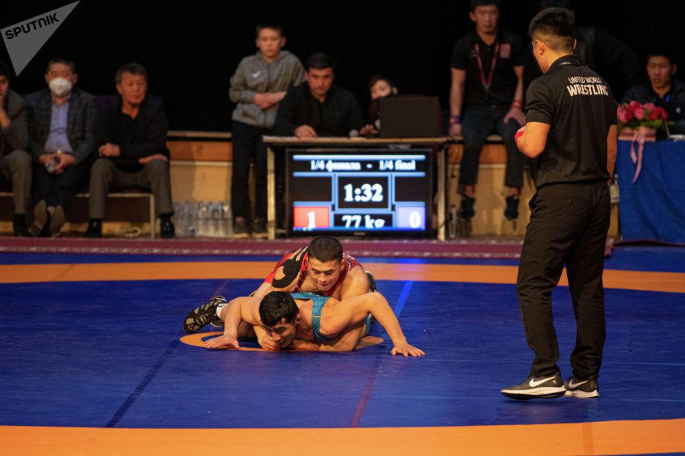 Борец Акжол Махудов во время схватки на финале чемпионата Кыргызстана по греко-римской борьбе. 18 февраля 2021 года