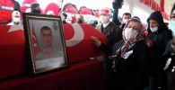 Бабушка турецкого солдата касается гроба во время похорон внука и его сослуживца в Газиантеп (Турция)