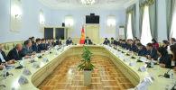 Премьер-министр Улукбек Марипов курулуш тармагын өнүктүрүү маселеси боюнча кеңешме учурунда