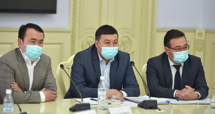 Руководители стройкомпаний на совещании по вопросам развития строительной отрасли с премьер-министром КР Улукбеком Мариповым