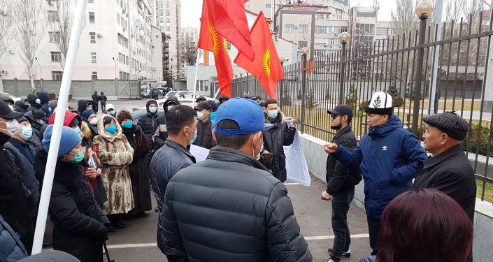 Сторонники экс-заместителя председателя Государственной таможенной службы Райымбека Матраимова около здания Первомайского районного суда Бишкека