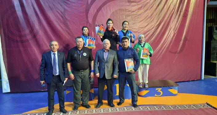 Бишкектеги Каба уулу Кожомкул атындагы спорт сарайында алыш бел боо күрөшү боюнча Кыргызстандын чемпионаты өтүп жатат