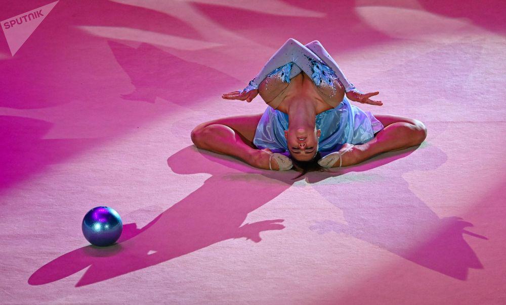Александра Солдатова (Россия) участвует в показательных выступлениях в упражнениях с мячом на церемонии открытия этапа Гран-при Москва 2021 по художественной гимнастике - Кубка чемпионок Газпром имени Алины Кабаевой во дворце гимнастики Ирины Винер-Усмановой.