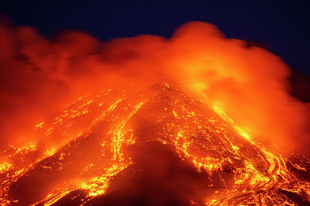 Потоки раскаленной лавы бьют из вулкана Этна недалеко на восточном побережье Сицилии (Италия). 16 февраля 2021 года.