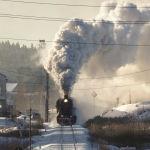 Паровоз советских времен тянет ретро-поезд из города Сортавала примерно в 200 км к северу от Санкт-Петербурга, Россия, в среду, 17 февраля 2021 года.