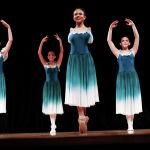 Генетикалык оорудан улам колунан ажыраган 16 жаштагы балерина Витория Буэно Бразилиянын Санта-Рита-ду-Сапукай театрынын сахнасында бийлеп жатат
