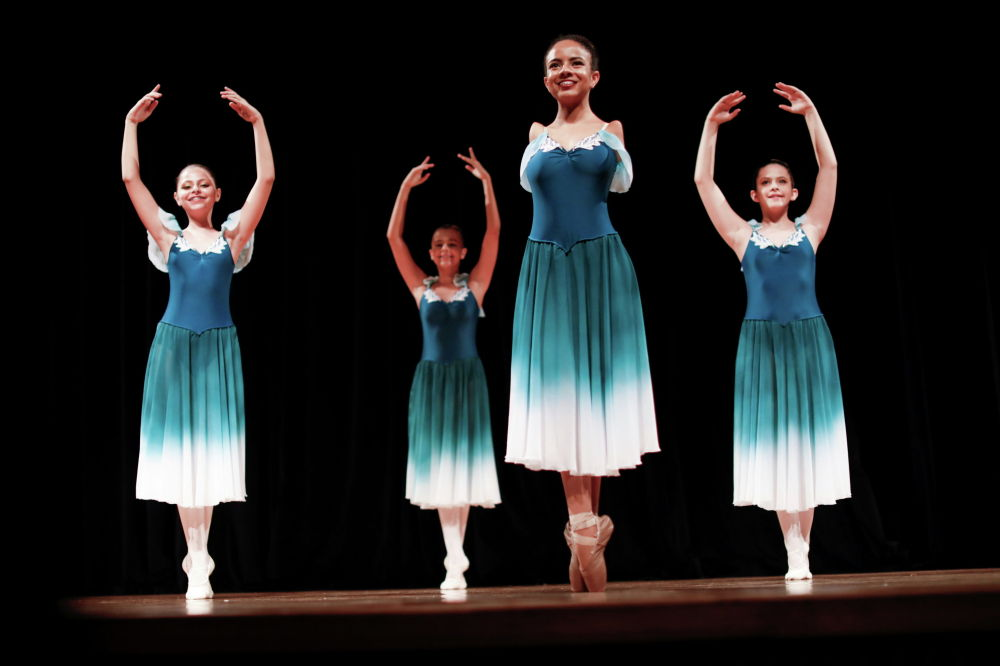 16-летняя балерина Витория Буэно, генетическое заболевание которой оставило ее без рук, выступает на сцене театра в Санта-Рита-ду-Сапукаи (Бразилия). 5 февраля 2021 года