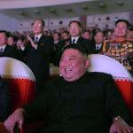 Түндүк Кореянын лидери Ким Чен Ын жубайы Ли Соль Чжу менен Пхеньяндагы Мансудэ театрында Ким Чен Ирдин туулган күнүнүн урматына уюшулган концертте