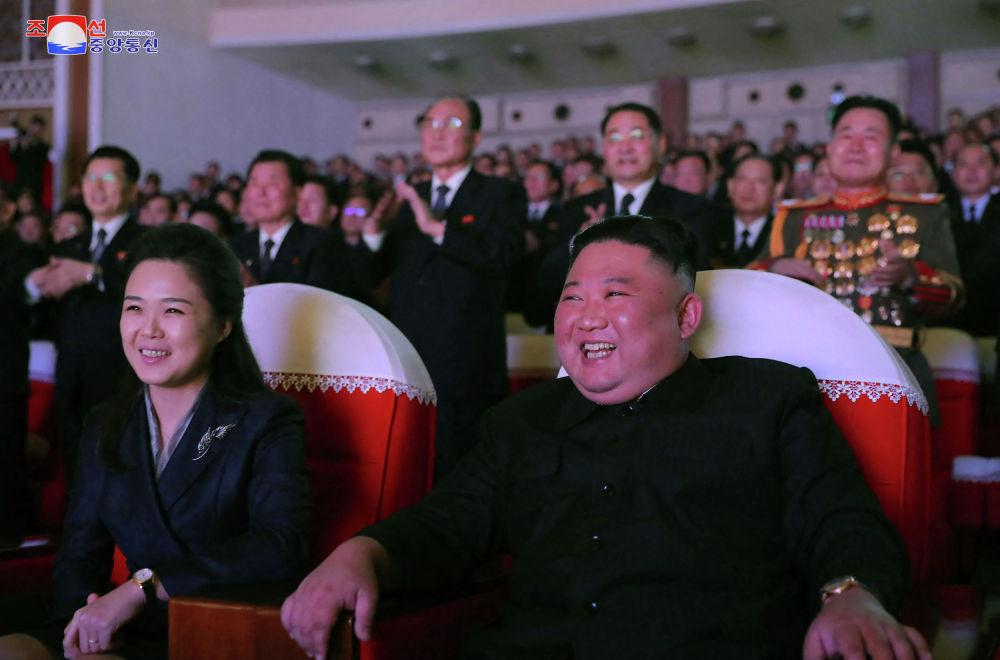 Северокорейский лидер Ким Чен Ын и его жена Ли Соль Джу на представлении в честь годовщины Ким Чен Ира в Художественном театре Мансудэ в Пхеньяне (Северная Корея)