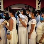 Невесты выстраиваются в очередь на массовой свадьбе в День святого Валентина в Манагуа (Никарагуа). 14 февраля 2021 года