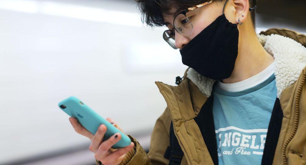 Человек с телефоном в руках. Архивное фото