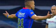 На одном из матчей чемпионата Мексики главный арбитр лишил команду гола, бросившись под мяч перед пустыми воротами.