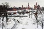 Вид на московский Кремль и и храм Василия Блаженного из парка Зарядье в Москве.