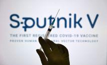 Шприц на фоне логотипа вакцины Спутник V. Архивное фото