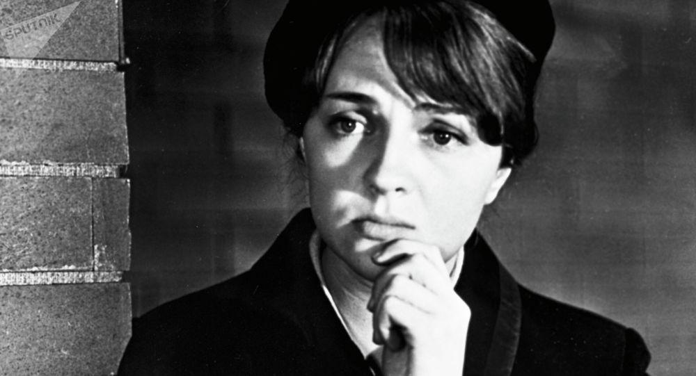 Актриса Екатерина Градова в роли радистки Кэт в фильме Семнадцать мгновений весны. Архивное фото