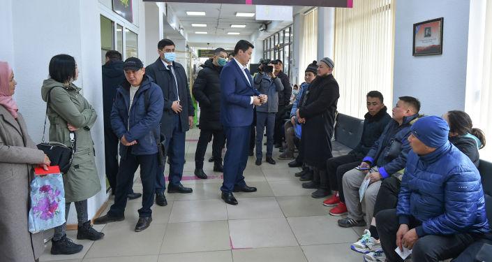 Премьер-министр КР Улукбек Марипов с незапланированной проверкой посетил один из Центров обслуживания населения в городе Бишкек