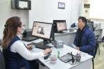 Посетители одного из центров обслуживания населения в Бишкеке. Архивное фото