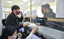 Мужчина во время обслуживания у единого окна в Бишкеке. Архивное фото