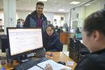 Посетители центра обслуживания населения в Бишкеке. Архивное фото