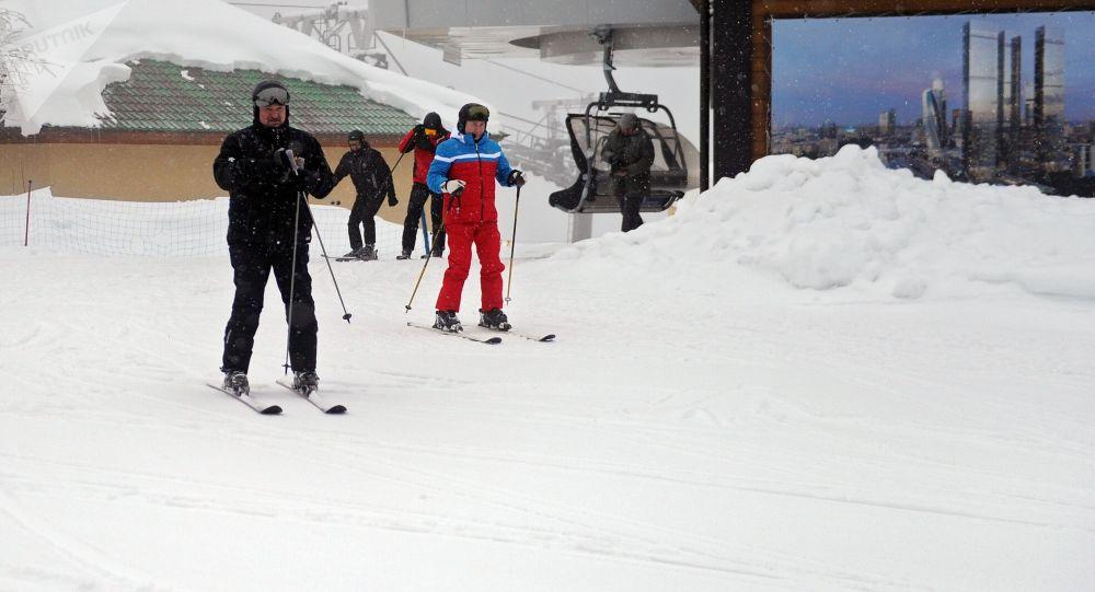 Путин и Лукашенко покатались на лыжах после переговоров в Сочи. Видео