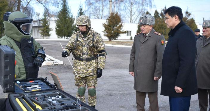 Премьер-министр Улукбек Марипов посетил войсковую часть № 73809 Министерства обороны КР и принял участие в торжественном построении, приуроченному к празднованию Дня защитника Отечества.