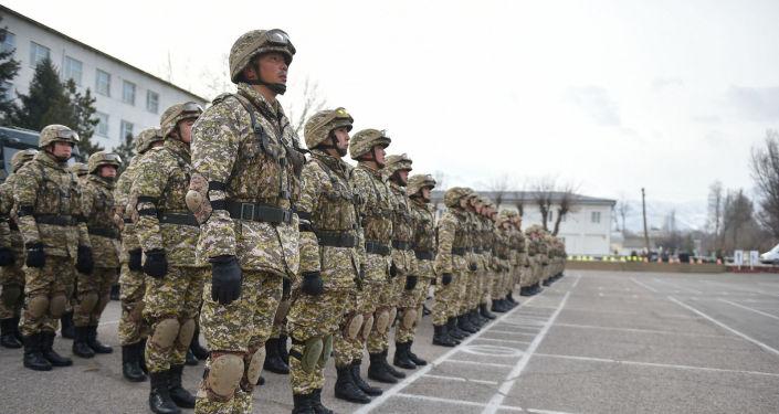Премьер-министр Улукбек Марипов Кой-Таштагы №73809 аскер бөлүгүнө барып, Ата Мекенди коргоочулар күнүнө арналган салтанаттуу тизилүүгө катышты