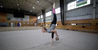 Думаете, что художественная гимнастика — это спорт, где лишь бросают ленты и шары? Троекратная чемпионка КР Агата Быковская показала изнанку этого красивого вида спорта. Девушка десятки раз получала ушибы и растяжения, заработала протрузии, грыжу, смещение позвонков.