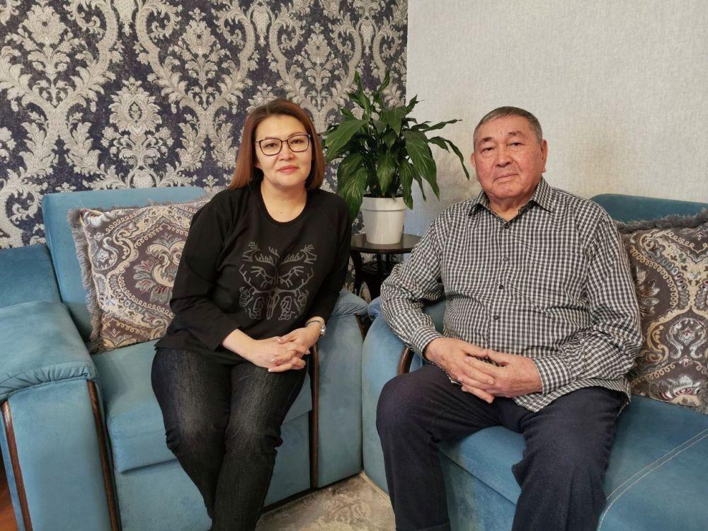 Бывшая вице-премьер Алтынай Омурбекова и ее отец Сейтбек Омурбеко — заслуженный работник транспортной сферы, занимал руководящие должности. Получил ряд госнаград.