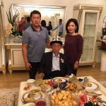 Депутат Нурбек Алимбеков с супругой и отцом —заслуженным учителем Каары Алимбековым