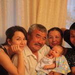 Бывший министр сельского хозяйства, мелиорации и пищевой промышленности Тилек Токтогазиев с отцом Мурсалы Асанбековым. Он родился в 1958 году, скончался в прошлом году.