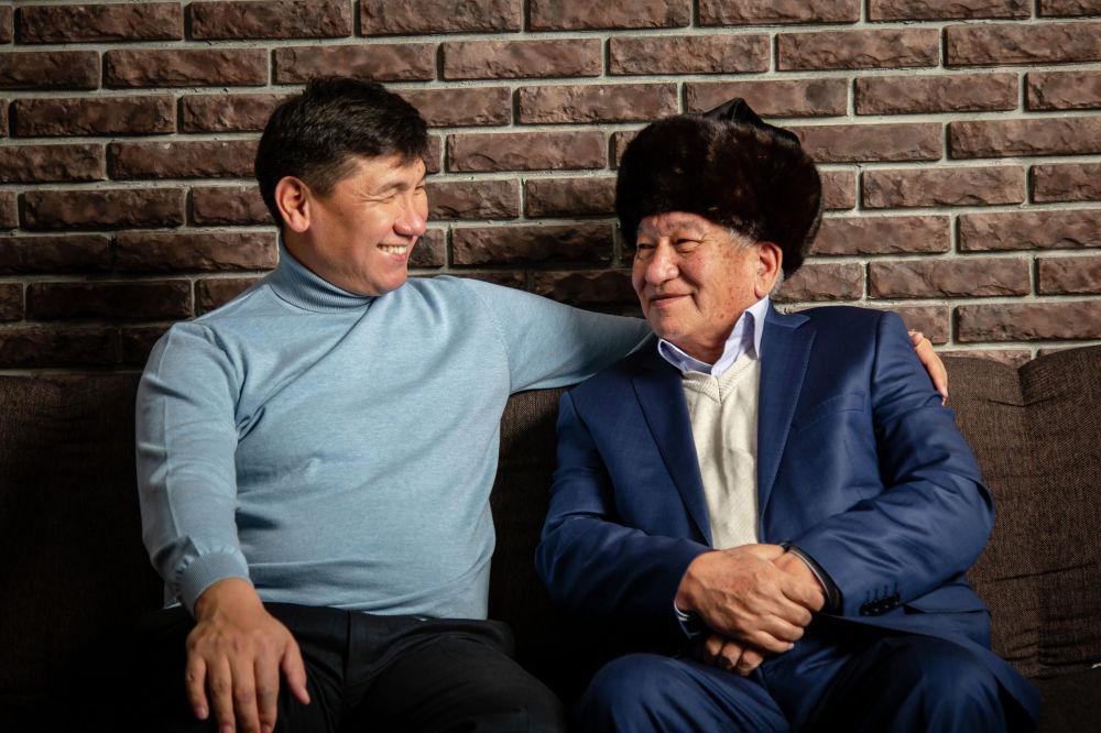 Экс-министр соцразвития Улукбек Кочкоров со своим отцом Тойчубаем Кочкоровым. Отец политика родился в 1947 году в селе Кара-Бак Баткенского райхона, по профессии инженер-механизатор. 45 лет работал в сфере сельского хозяйства.