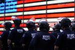 Полицейские Нью-Йорка наблюдают за демонстрантами на Таймс-сквер во время акции протеста. Архивное фото