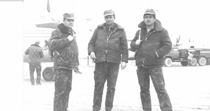 Подполковник Болот Мамбеталиев (оң жакта) ленинграддык экипаждын командири майор Долгополов жана штурман майор Филимонов. Кабул шаары. 1987-жыл. Февраль айы.