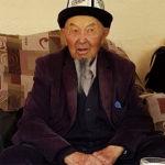Бишкек шаарынын мэринин милдетин аткаруучу болгон Балбак Түлөбаев жана анын атасы Зарлык Түлөбаев. Атасы 1930-жылы туулган, кесиби мугалим