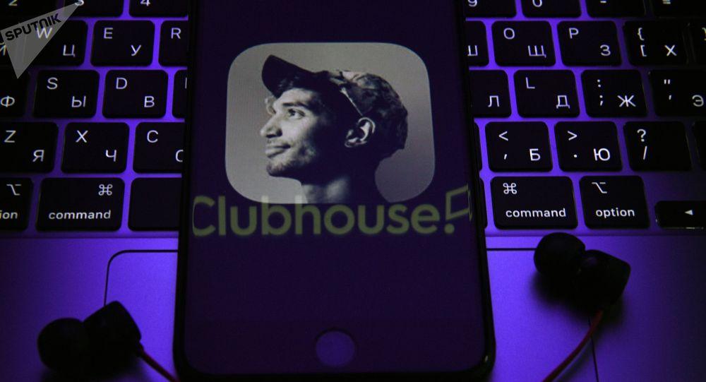 Приложение Clubhouse на экране смартфона. Архивное фото