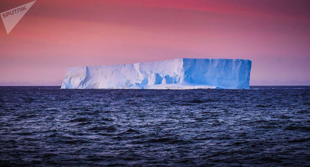 Вид на айсберг с борта исследовательского судна. Архивное фото