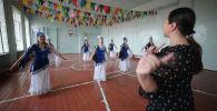 Вы ошибаетесь, если думаете, что без музыки нет танца. Мы побывали в спецшколу-интернат для глухих детей и увидели, как воспитанников учат танцевать.