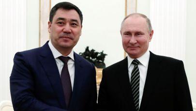 Президент Кыргызской Республики Садыр Жапаров и президент РФ Владимир Путин во время встречи в Кремле