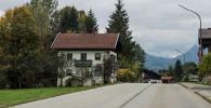 Дом возле трассы в австрийских Альпах. Архивное фото