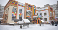 Церемония открытия нового детского сада на месте сгоревшей Первомайской налоговой службы на улице Тыныстанова в Бишкеке