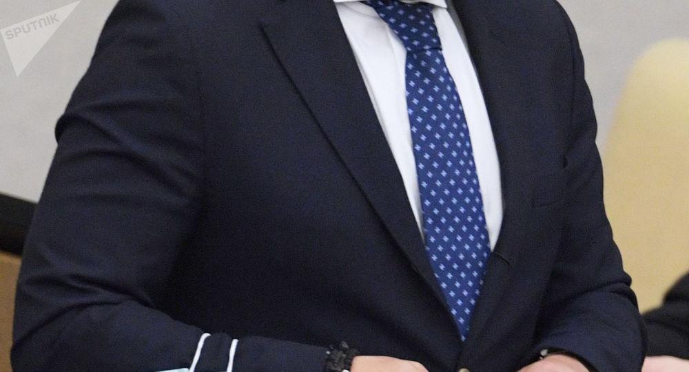 Мужчина в деловом костюме. Архивное фото