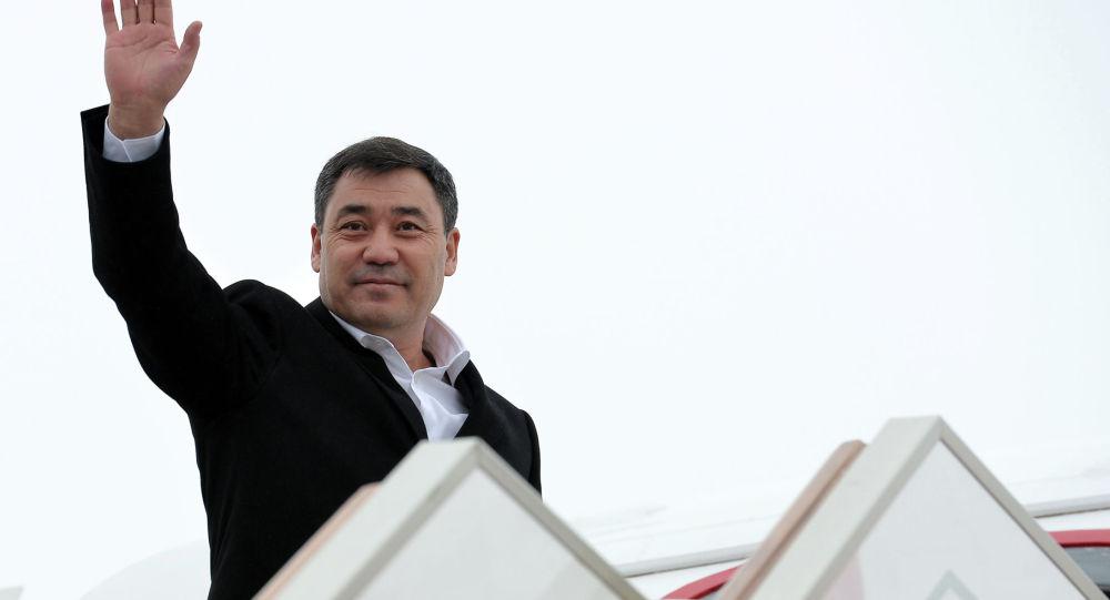 Президент Кыргызской Республики Садыр Жапаров садится в самолет. Архивное фото